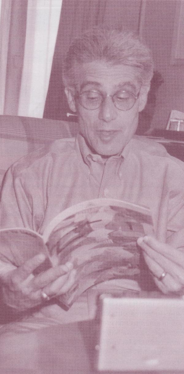 El Doctor Brian Weiss hojeando un ejemplar de la revista Athanor. Foto: Natalia Campoy.