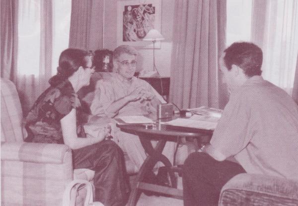 De izquierda a derecha: La intérprete Loto Perrella, el Doctor Brian Weiss y el entrevistador Josep Agustín. Foto: Natalia Campoy.