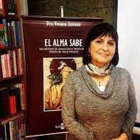 Doctor Viviana Zenteno presenting the book «El Alma Sabe» («Soul knows»).